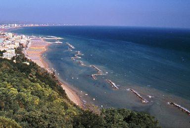 spiaggia di Gabicce vista dal monte san bartolo